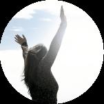 femme bras ouverts vers le ciel